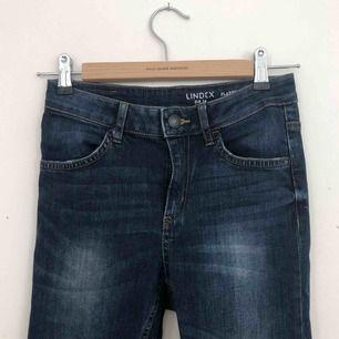 Jeans från Lindex i storlek 34. Tighta men lite vidare i benen. Finns i Malmö, kontakta mig för fler bilder.