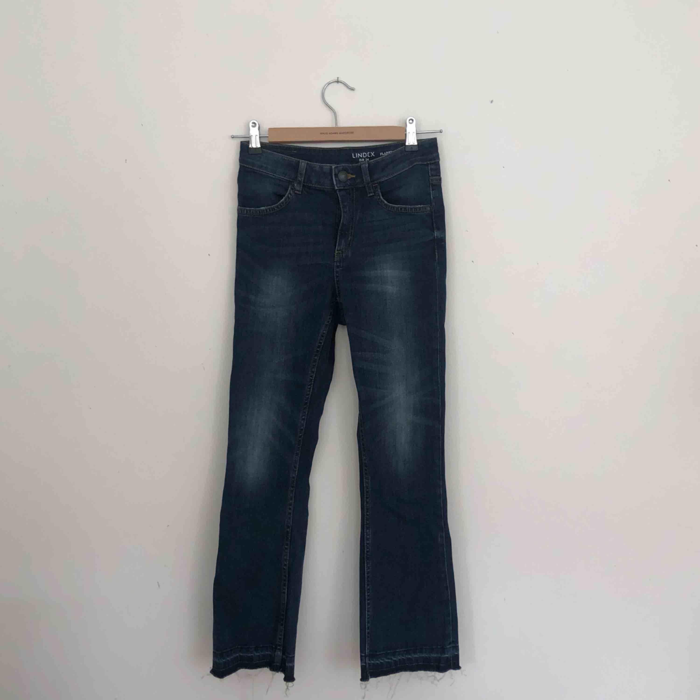 Jeans från Lindex i storlek 34. Tighta men lite vidare i benen. Finns i Malmö, kontakta mig för fler bilder. . Jeans & Byxor.