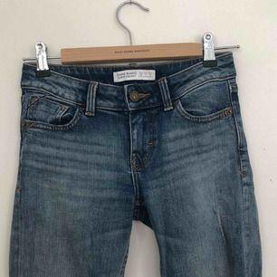 Jeans från zara med slitningar. De är klippta vid benen. Finns i Malmö, kontakta mig för fler bilder.