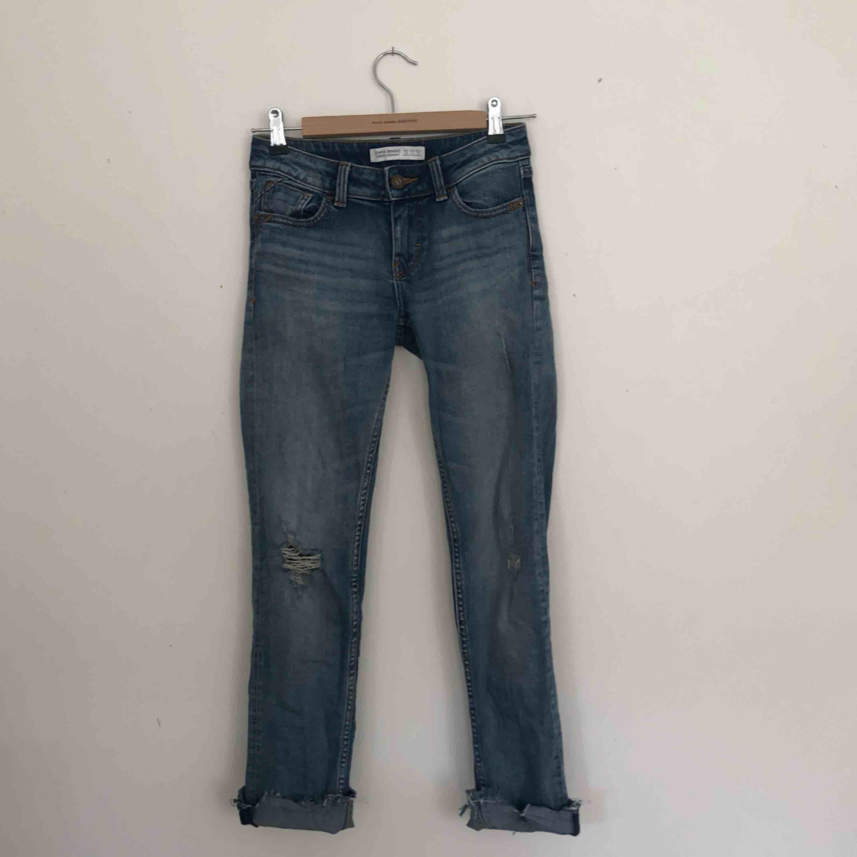 Jeans från zara med slitningar. De är klippta vid benen. Finns i Malmö, kontakta mig för fler bilder. . Jeans & Byxor.