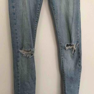 Tighta ljusa jeans från BikBok med hål. Finns i Malmö, kontakta mig för fler bilder.
