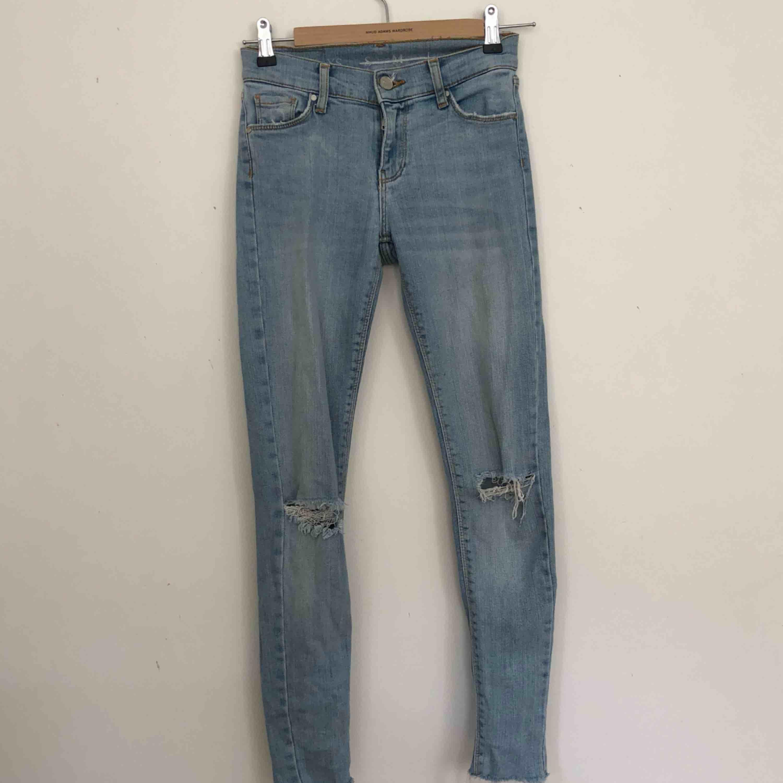 Tighta ljusa jeans från BikBok med hål. Finns i Malmö, kontakta mig för fler bilder. . Jeans & Byxor.