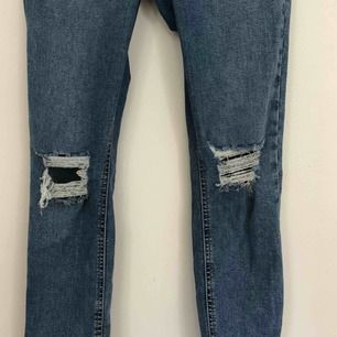 Jeans med slitningar från topshop. Finns i Malmö, kontakta mig för fler bilder.