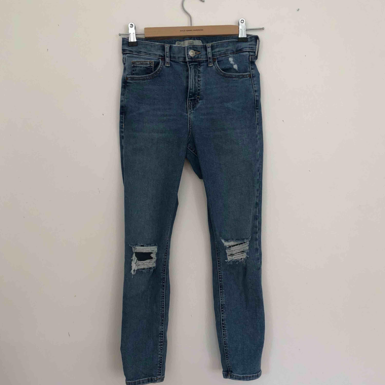 Jeans med slitningar från topshop. Finns i Malmö, kontakta mig för fler bilder. . Jeans & Byxor.