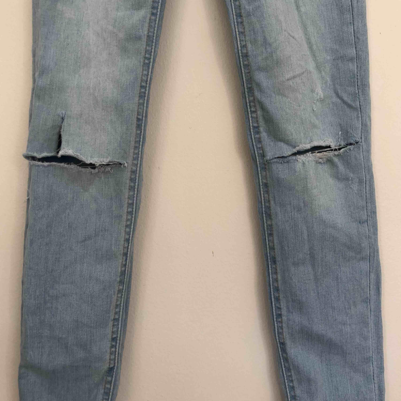 Tighta jeans med klippta hål från Zara. Storlek 34. Finns i Malmö, kontakta mig för fler bilder. . Jeans & Byxor.
