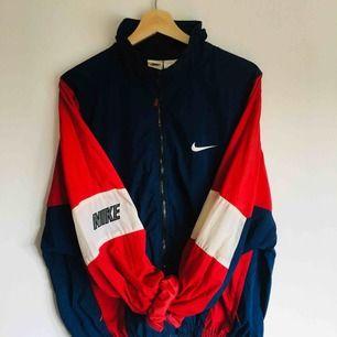 SJUKT cool och snygg Nike vintage jacka från 90-talet. Perfekt nu inför sommaren. Storlek medium. FRI FRAKT.
