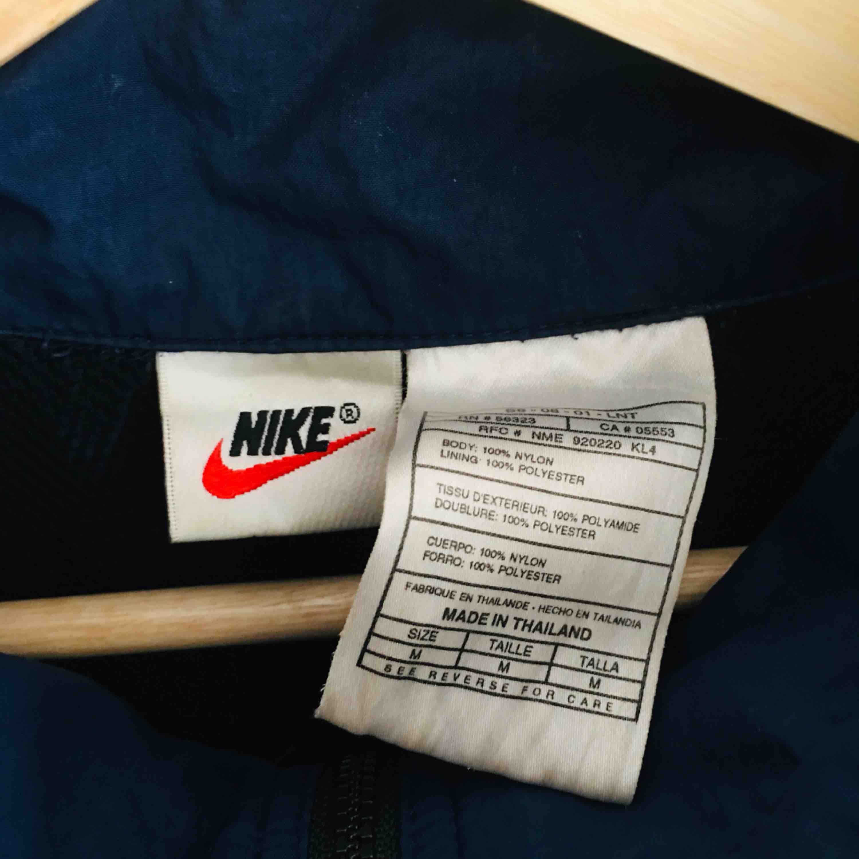 SJUKT cool och snygg Nike vintage jacka från 90-talet. Perfekt nu inför sommaren. Storlek medium. FRI FRAKT. . Jackor.