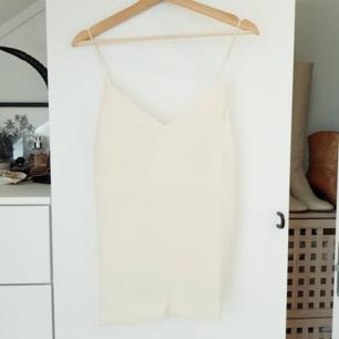 Oanvänd från H&M, gräddvit/off white färg Frakt betalas av köparen eller så kan vi träffas vid centralen eller täby centrum!