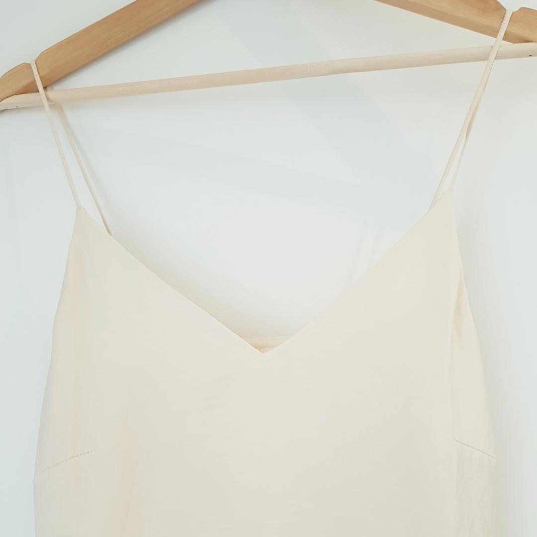 Oanvänd från H&M, gräddvit/off white färg Frakt betalas av köparen eller så kan vi träffas vid centralen eller täby centrum!. Toppar.