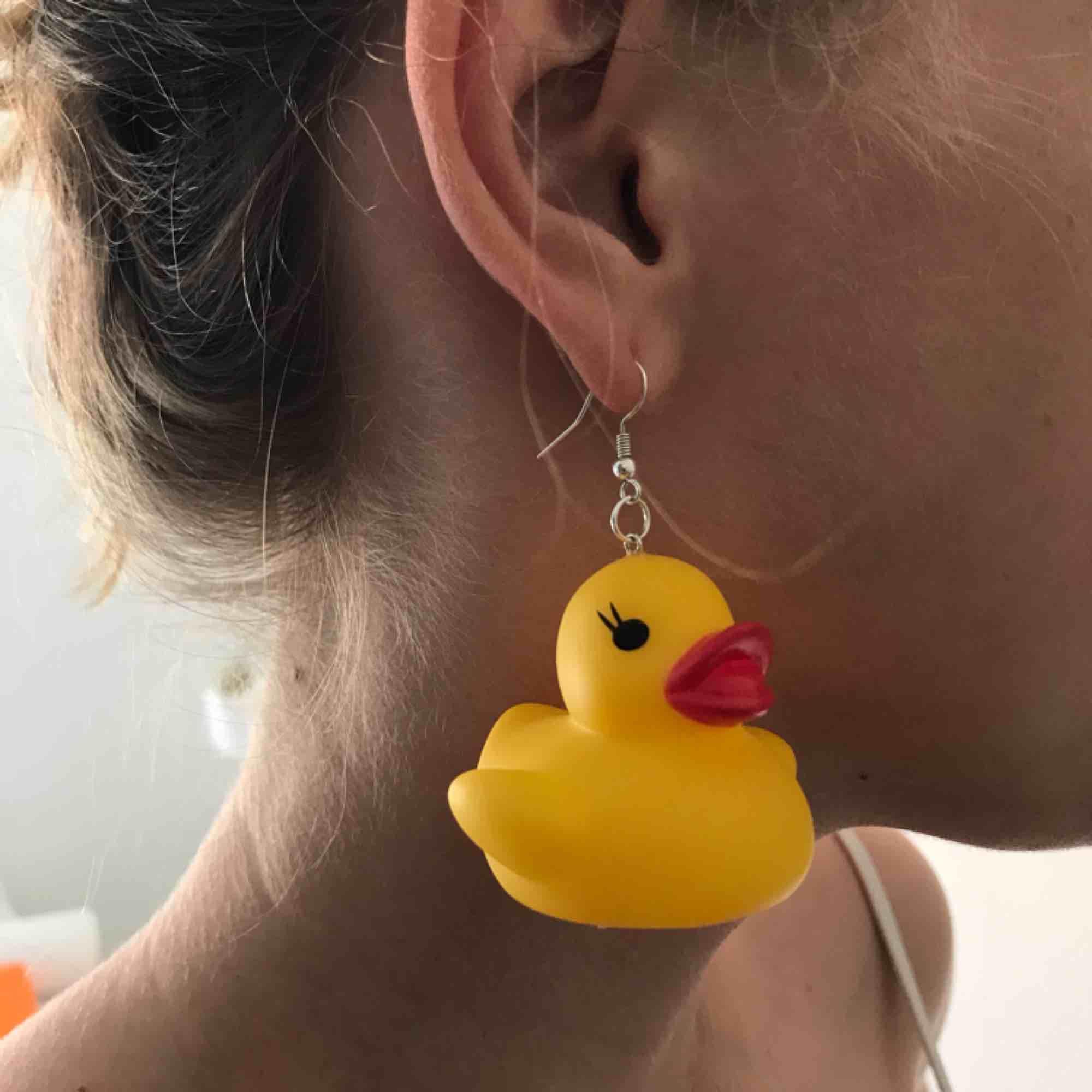 Ascoola badanke-örhängen!!🐥🐥Handgjorda av Sofia Sthåle som säljer smycken här i Malmö, one of a kind så att säga!! Möts upp i Malmö eller så betalar köparen franken🐣. Accessoarer.