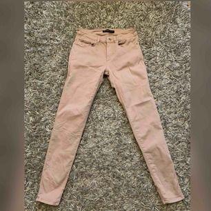 Nude/rosa byxor från Zara. Färgen är något mörkare än på bilden. Storlek S. Frakt tillkommer.