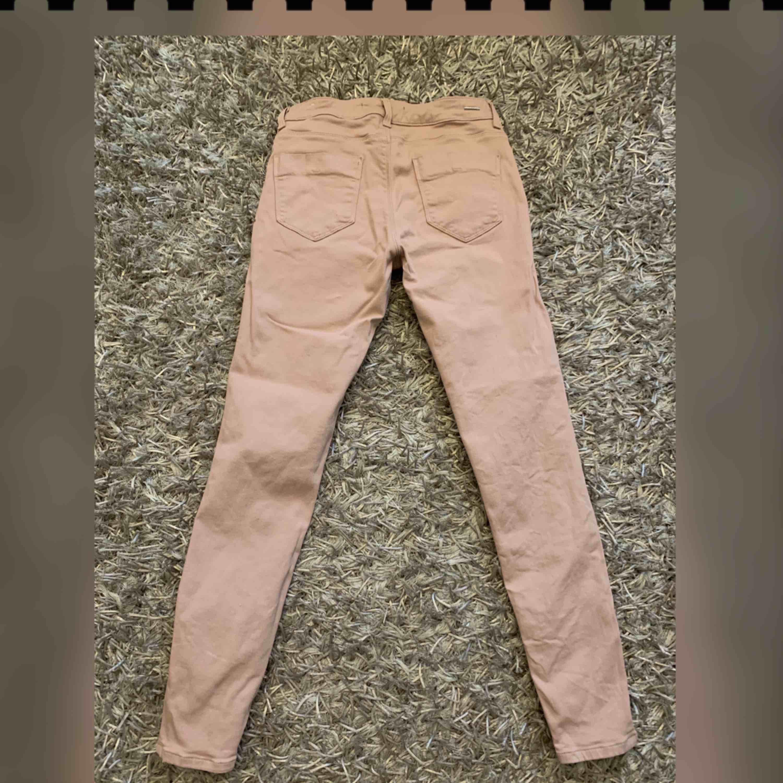 Nude/rosa byxor från Zara. Färgen är något mörkare än på bilden. Storlek S. Frakt tillkommer.. Jeans & Byxor.