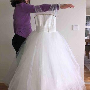 Bröllopsklänning för barn 7-10. Finns två styckna