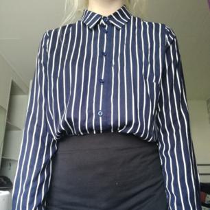 En blå vit randig skjorta från hm i storlek 36. Köparen står för eventuell frakt.