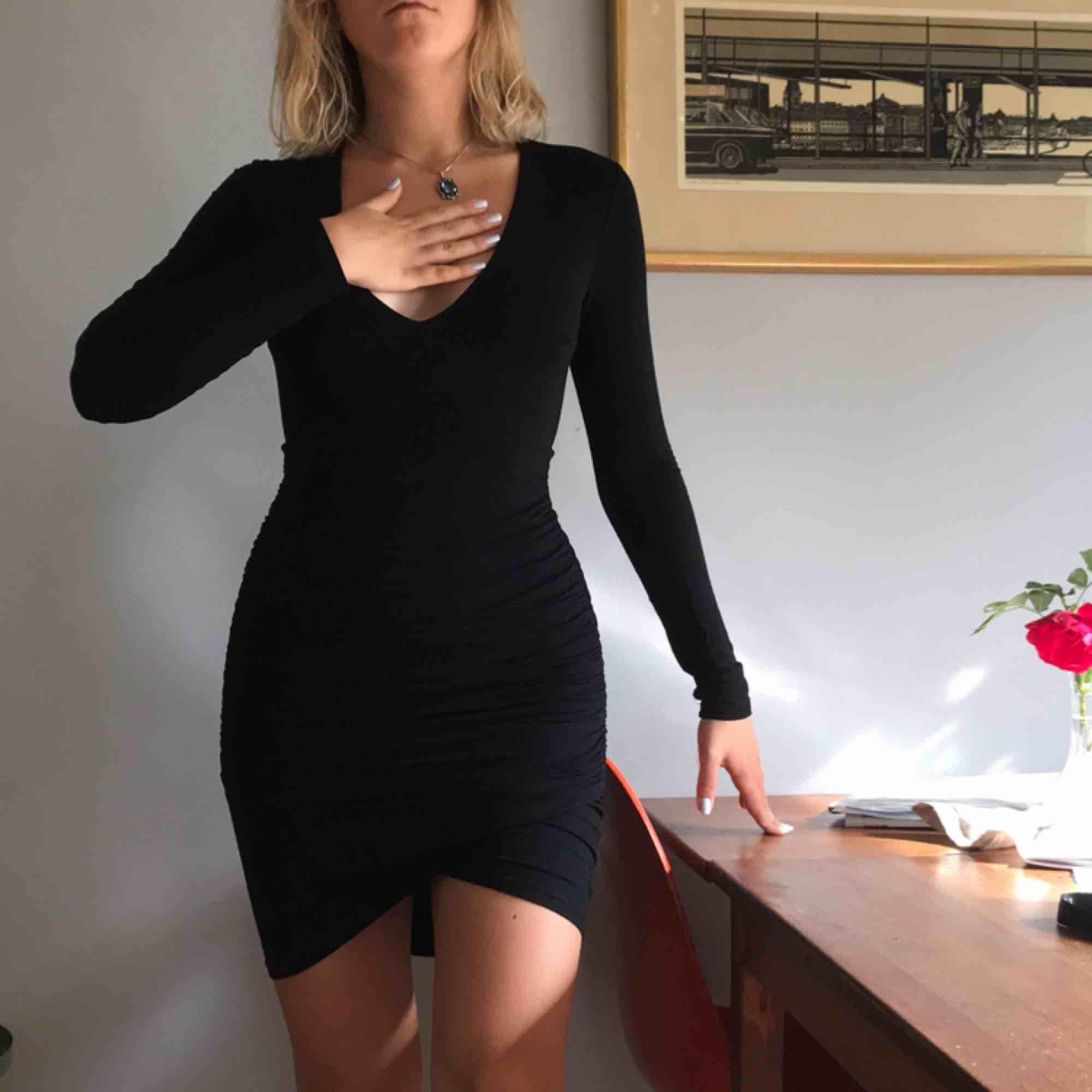 Klänning i mjukt stetchigt tyg. Framhäver kroppsformen. Från Nly trend i fint skick! +Frakt 50kr🦋. Klänningar.