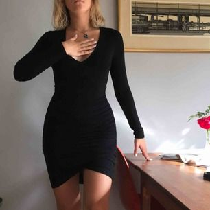 Klänning i mjukt stetchigt tyg. Framhäver kroppsformen. Från Nly trend i fint skick! +Frakt 50kr🦋