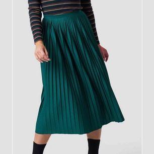 Säljer denna superfina oanvända plisserade kjolen från na-kd! Storlek XS! Säljes för 200kr inkl frakt!