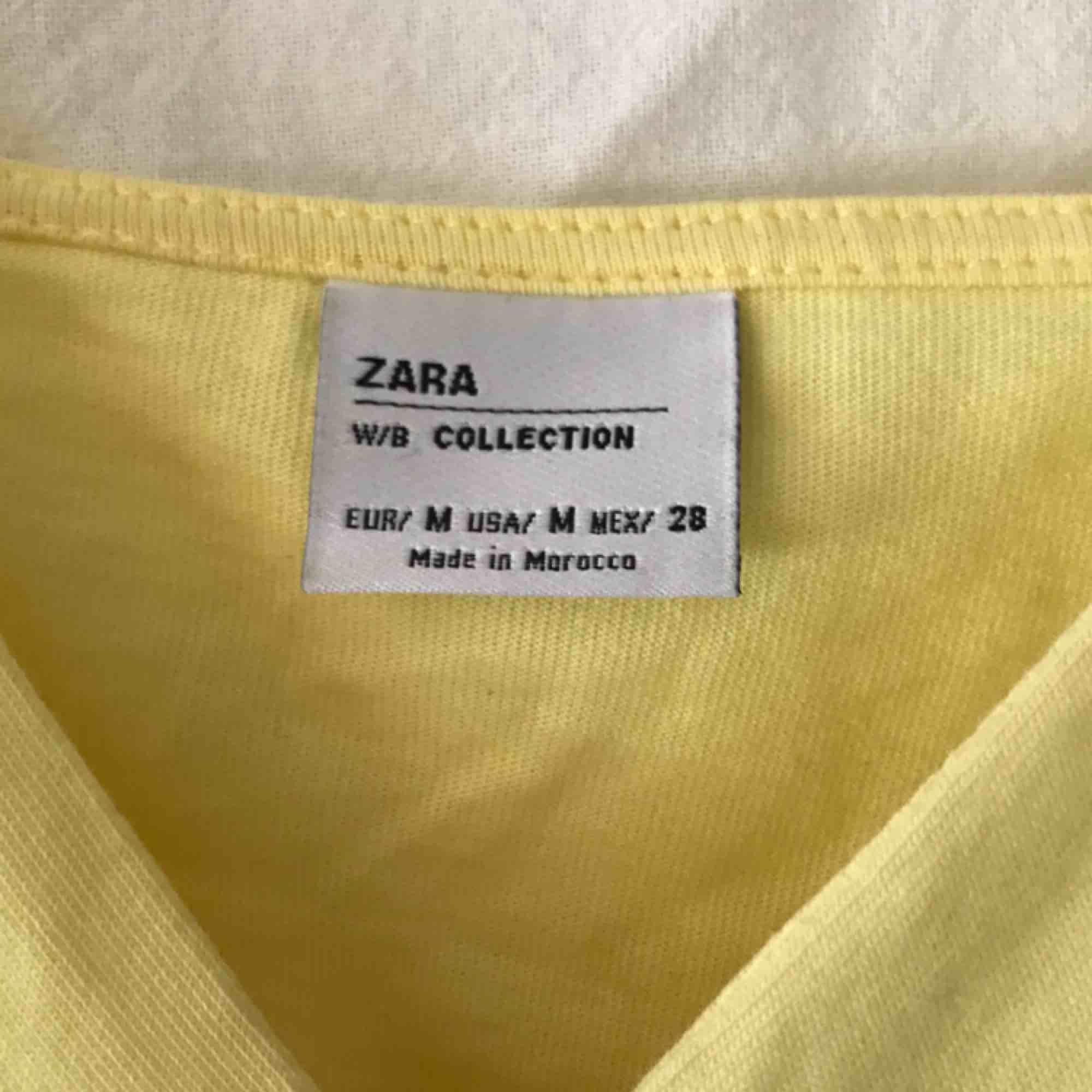 Superfint somrigt linne från Zara i strl M. Fint skick, inte särskilt använt. Mjukt stretchiga tyg över bysten och lite stelare tyg undertill som går ut lite. Supersnyggt när man blir lite brun🤩. Toppar.
