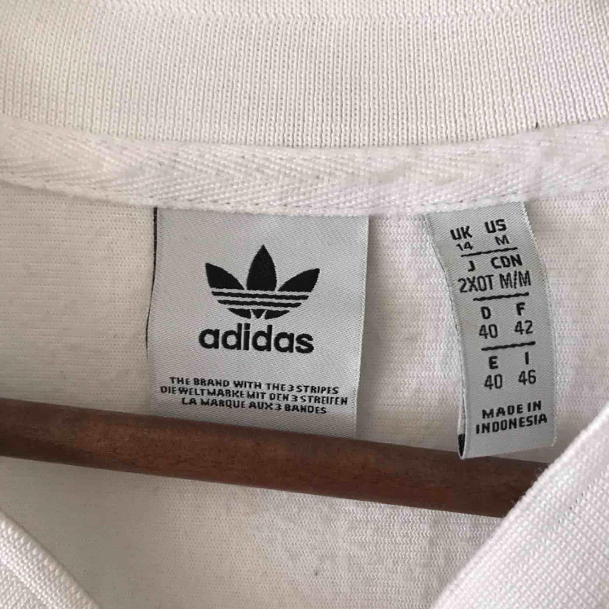 Snygg sportig Adidas-tisha i bra skick. Lite sminkfläckar vid kragen men tvättar såklart innan jag skickar. Använd några enstaka gånger, superbra skick! . T-shirts.