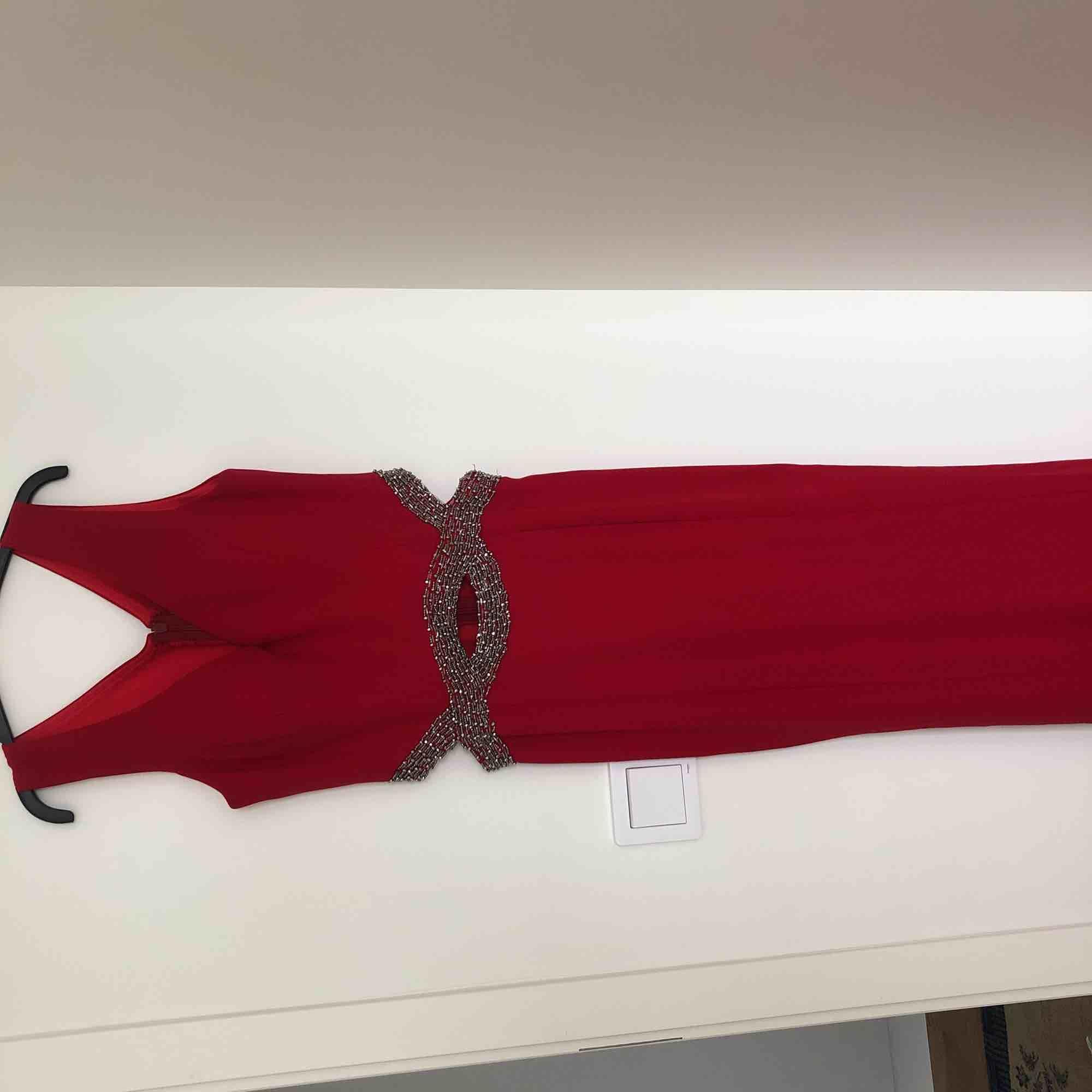 Festklänning, klarröd med detaljer vid midjan. Sjöjungfru- alltså fisk formgivare klänning . Klänningar.