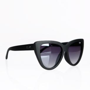 Snygga solglasögon från quay australia i modellen stray cat. Nypriset ligger runt 400 kr. Endast testade! Frakten är inkluderad i priset :)