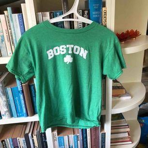 Tröja med Boston motiv🥰 Om du vill ha bild på hur den ser ut på så kan du bara fråga!