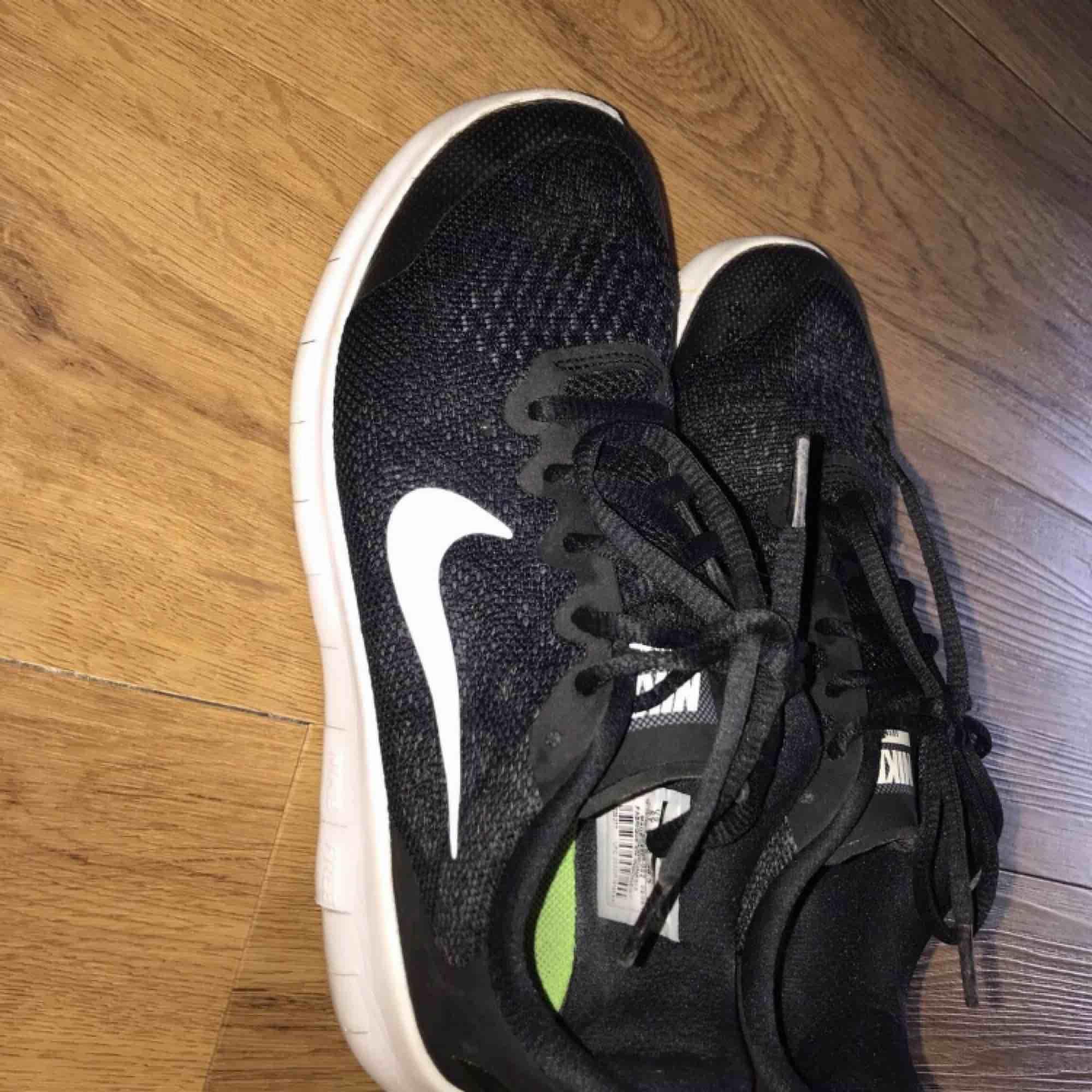 bekväma, flexibla & ger extra bra grepp runt hälen. Skorna är lätta att rengöra efter leriga löprundor! snöret är gjort i material som gör att knutarna inte går upp i första taget! Skavsår finns inte med på kartan!  Köpta för 799kr & i nyskick . Skor.