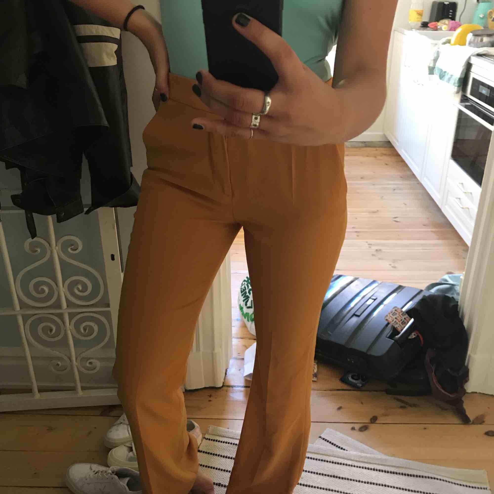 Snygga byxor från zara! Aldrig använda pga fel storlek.. . Jeans & Byxor.