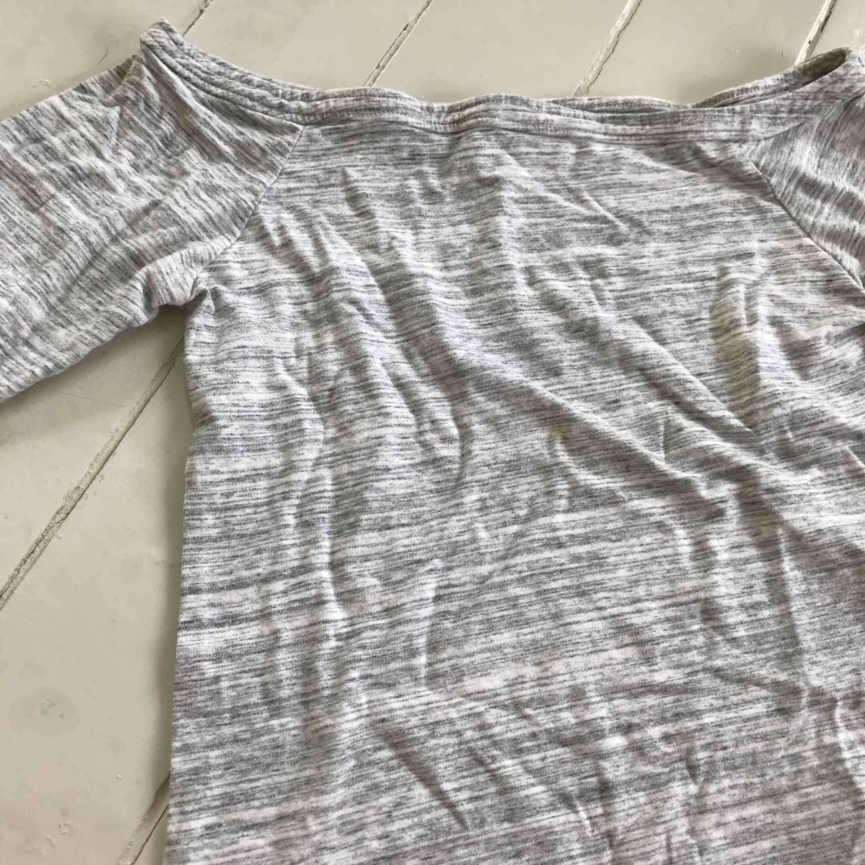 En off shoulder tröja från Bik bok i strl M. Är i färgen ljusgrå och vit.. Tröjor & Koftor.