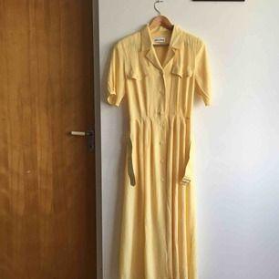 Världens finaste retro klänning, perfekt till sommaren! Med fickor och skärp som kan tas bort. Jättefin färg och material🌼 Står 40 men passar jättebra på mig som är 38 med. Frakt 60 kr
