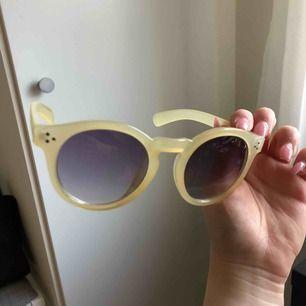 Gula fina solbrillor ifrån bikbok Använt typ 2 gånger då jag ej passar i dem