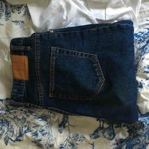 Helt oanvända mom jeans, köpta för 400.