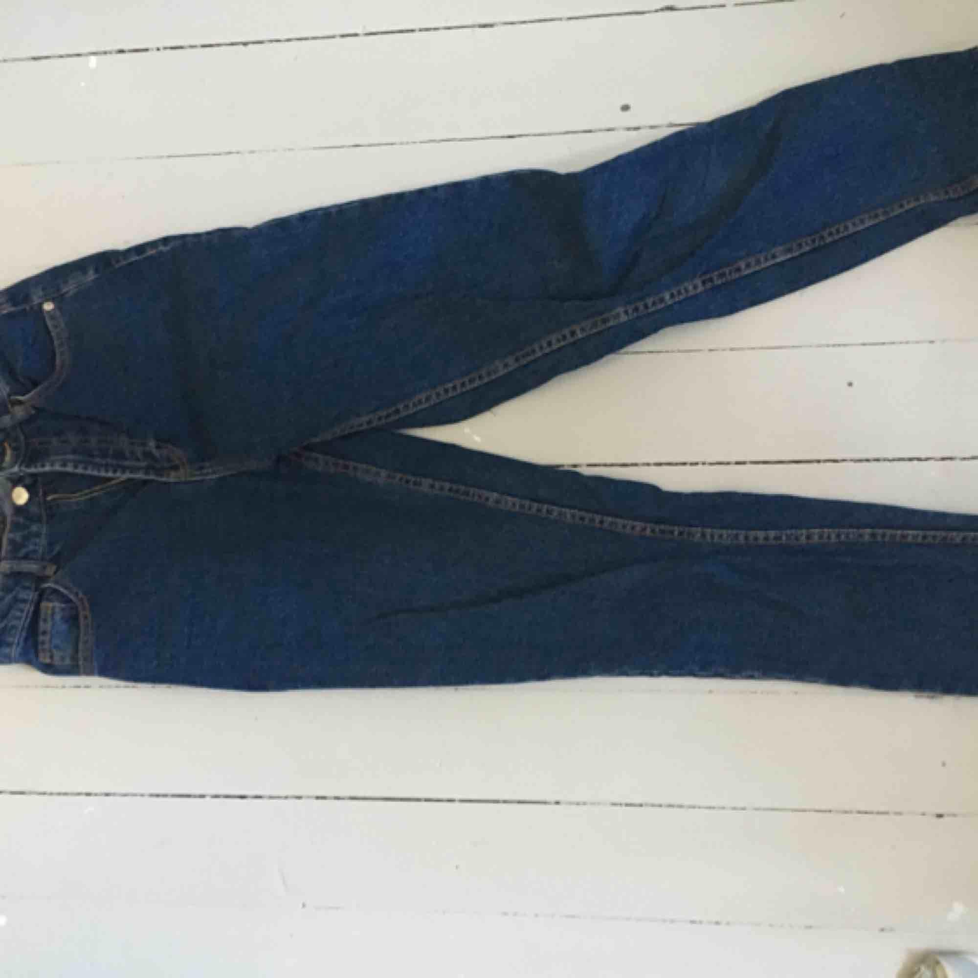 Helt oanvända mom jeans, köpta för 400. . Jeans & Byxor.