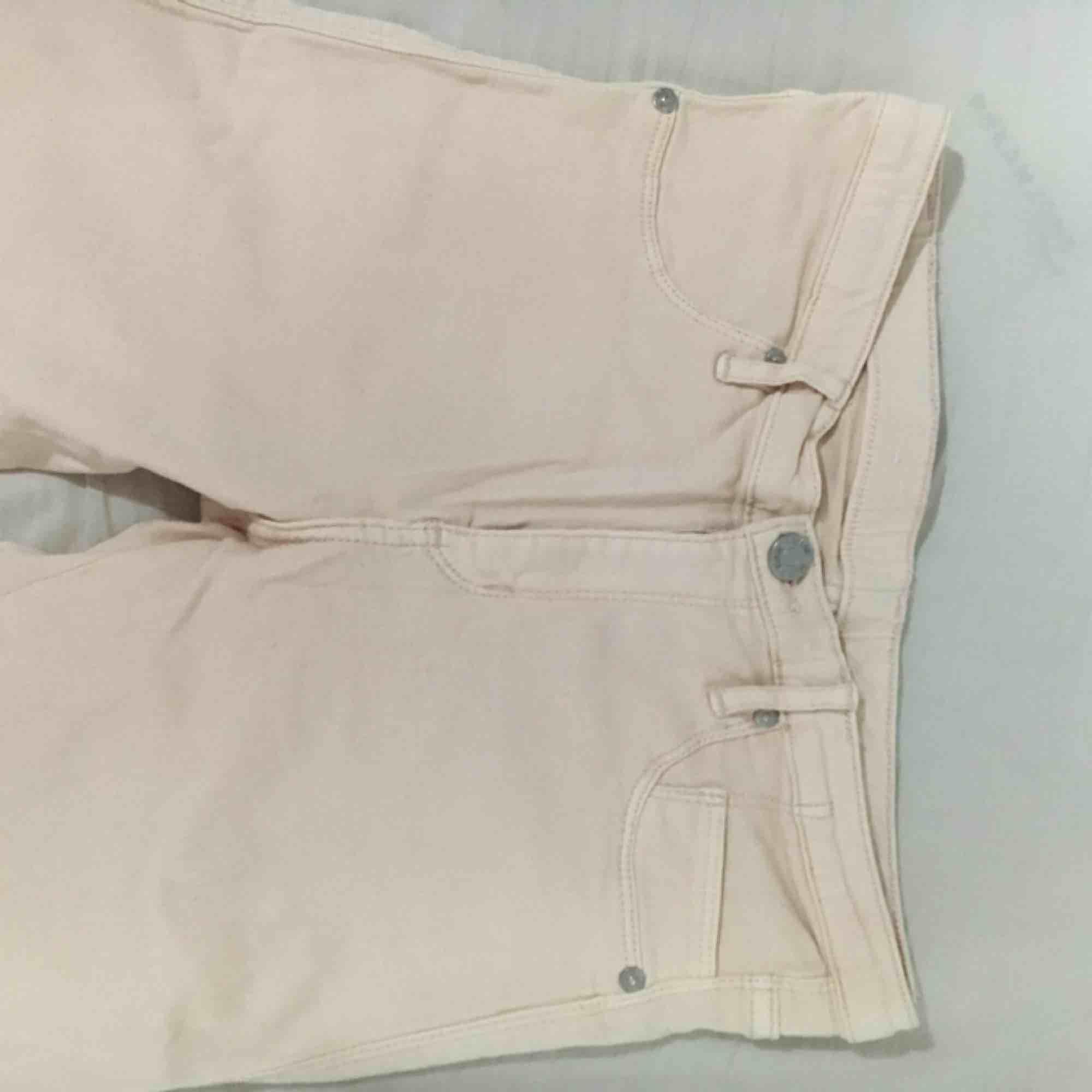 Super fina nya skinny jeans i ljusrosa/ peachy färg! Frakt tillkommer 🌸. Jeans & Byxor.