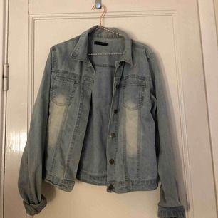 jeansjacka från Estelle💗 lite osäker på storleken men skulle säga att det är en S/liten M! sitter jättesnyggt