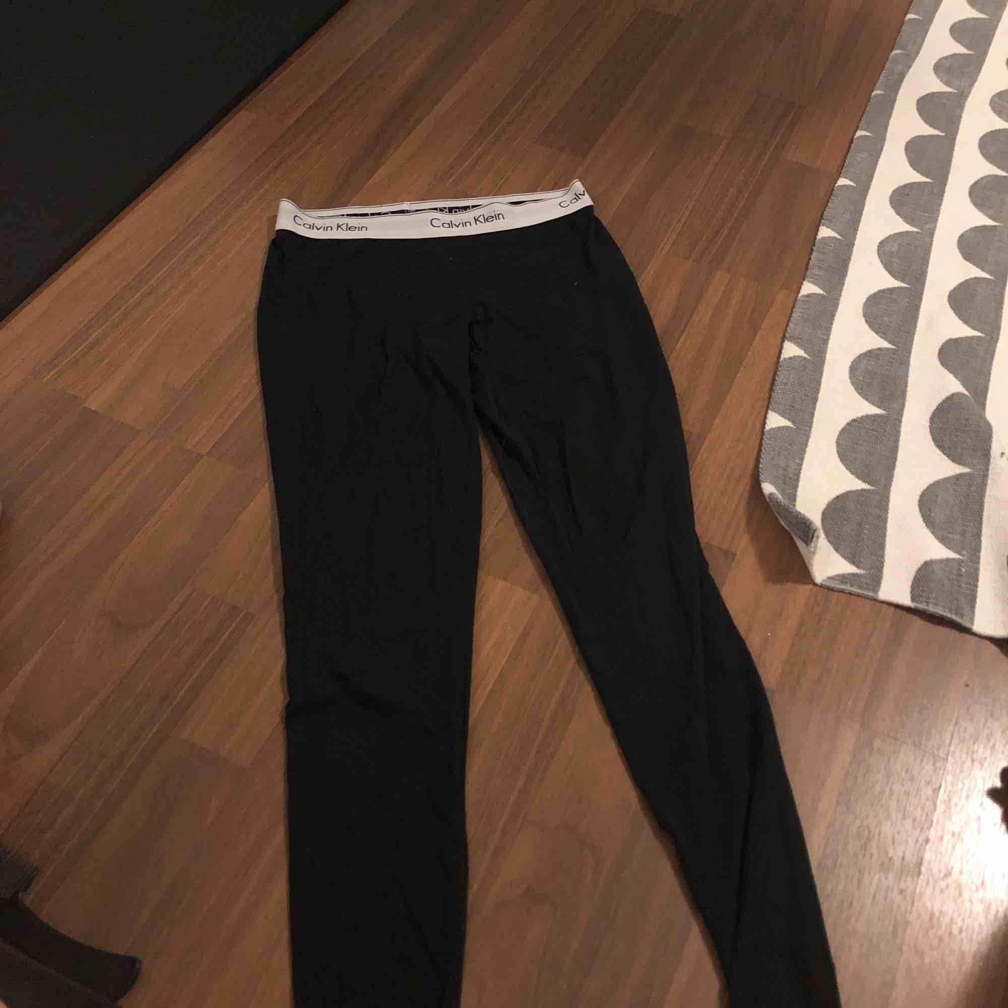 Långkalsonger från calvin klein, frakt betalar köparen🥰 ett litet hål på baksidan som visas på sista bilden men funkar superbra som långkalsonger eller pyjamas ändå!. Jeans & Byxor.