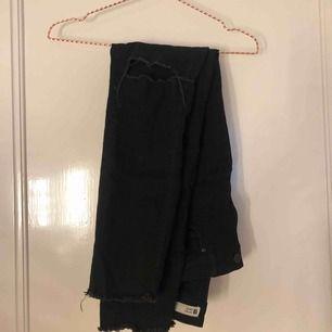 svarta jeans från gina tricot! är strl 40 men skulle säga att de är mer åt 38!