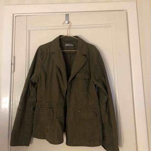 snygg grön jacka! är lite större i storleken men sitter snyggt oversized ❤️