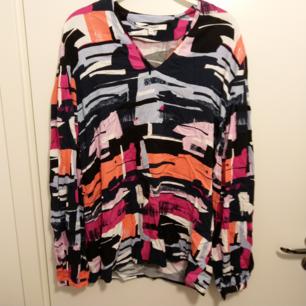 🌺 20 kr + 43 kr i frakt 🌺 En superfin långärmad blus/tröja med härliga starka färger som orange, rosa, ljusblå och ljusrosa 🌺 V-ringad i tunt men inte genomskinligt material 🌺 Från Design by KappAhl i stl. 38