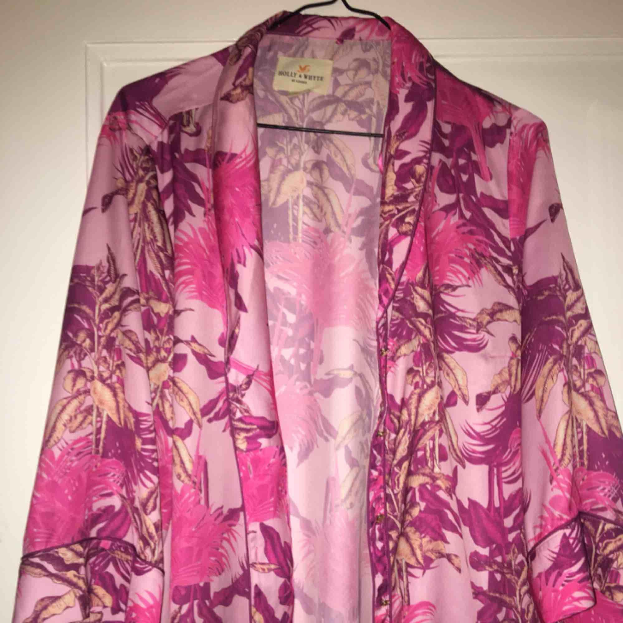 Färgglad rosa mönstrad blus från Lindex. Perfekt sommartopp i härliga färger. Mycket fint skick. Blusar.