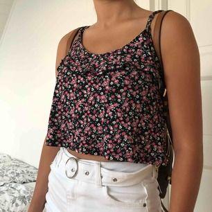 Fint sommarlinne som är lite cropped ifrån märket FB sisters i storlek XS. Passar perfekt till kjolar och byxor. Kan mötas upp i Lund eller så står du som köpare för frakten❤️