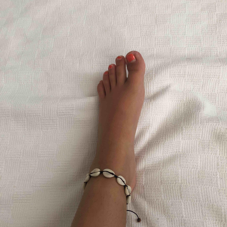 Den kan funkas som både en armband och på foten. One size (passar alla storlekar). Frakten är inte inkluderad, (9kr frakt) och det är äkta snäckor.. Accessoarer.