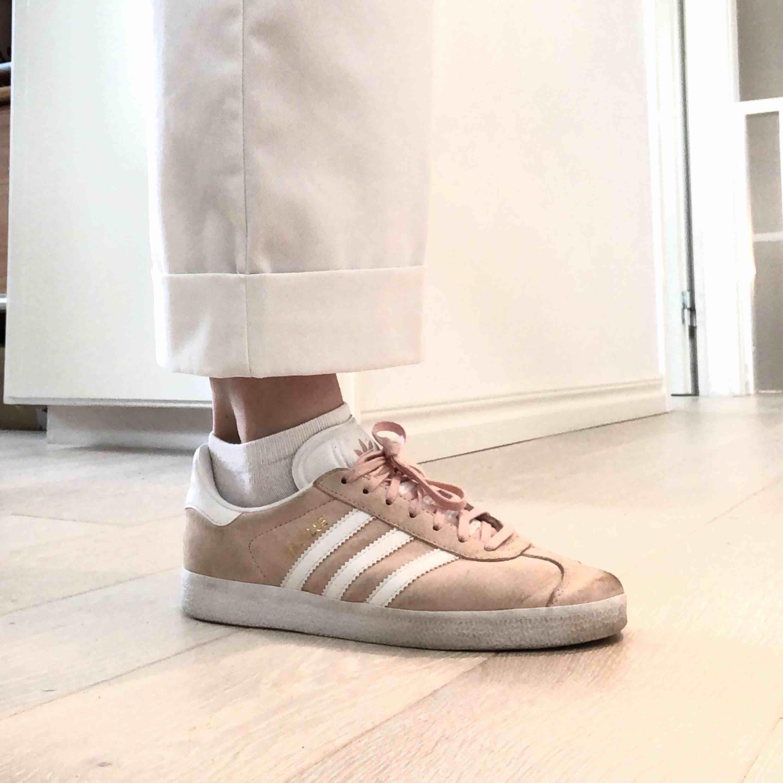 Adidas gazelle i storlek 38 2/3, passar mig som brukar ha skostorlek 39. Köpta för 700-800 kr (minns inte exakt då det var ett tag sedan). Som ni ser är de smutsiga lite här och var, därav det lägre priset. 75 kr frakt!. Skor.