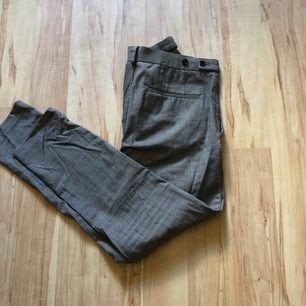 Rutiga kostymbyxor från H&M säljes då jag ej använder dessa. Sparsamt använda. Nypris var 40€. De är lite tighta i sin form men passar en som bär S/M