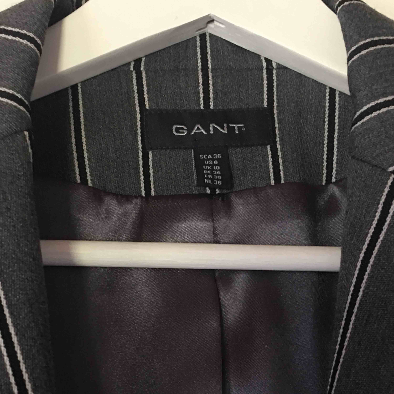 Jättefin kavaj från Gant i storlek 36. Kan finnas några lösa trådar men de är inte svåra att ta bort. 250kr + 63kr frakt💗💗💗. Jackor.