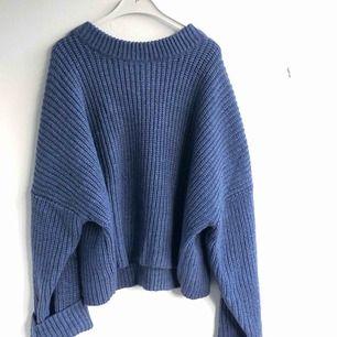 Blå grovstickad tröja.  (Rätt stor och tung så tänk på frakten) 💗
