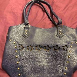 Fin mörkblå väska