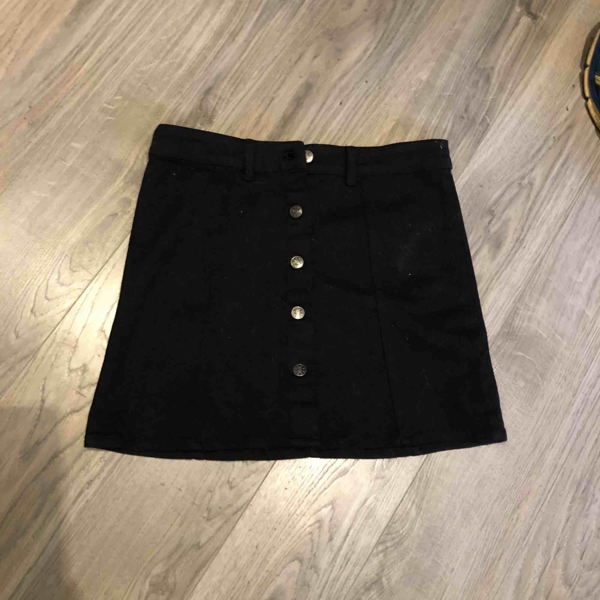 En snygg kjol från Ullared! I storlek XSmen funkar som S också. Endast testad en gång. Nypris 200 jag säljer för 100kr! OBS- katt finns i hemmet! . Kjolar.