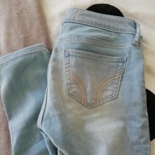 Ett par hollister jeans nästan aldrig använda, fint skick. Frakt tillkommer.