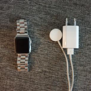 Apple watch 2a generationen, säljes med laddare och ett nytt oanvänt guldarmband. Bvsa